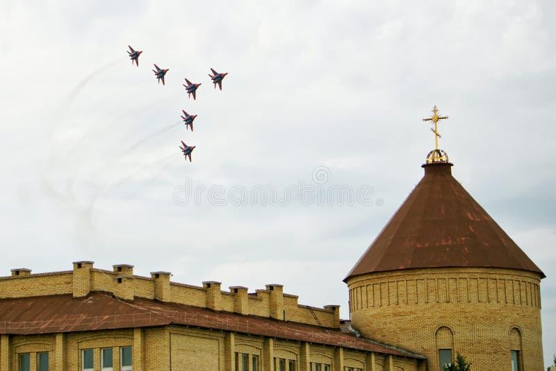Ρωσία, Magnitogorsk, - 19 Ιουλίου, 2019 Τα ρωσικά αεροσκάφη υπομόχλιο-α MiG 29 επίθεσης στη διαταγή μάχης πετούν πέρα από έναν χρ στοκ εικόνα με δικαίωμα ελεύθερης χρήσης