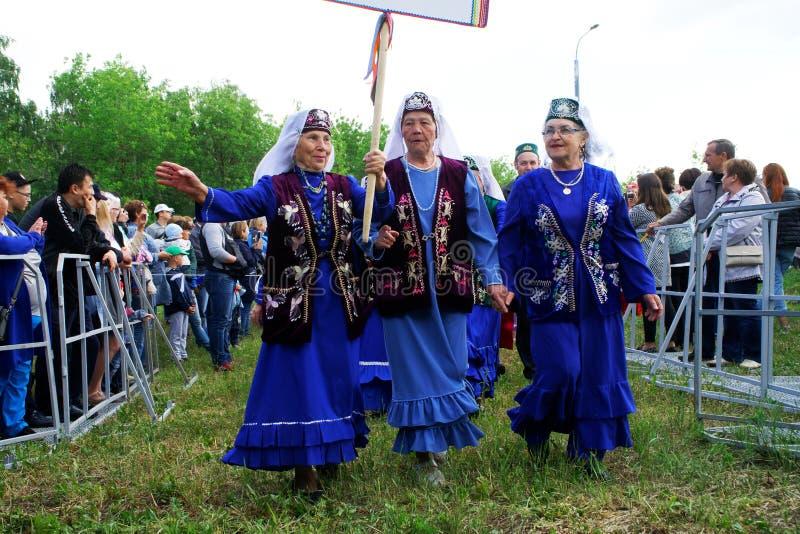 Ρωσία, Magnitogorsk, - 15 Ιουνίου, 2019 Τρεις ηλικιωμένες γυναίκες στο μπλε - συμμετέχοντες της παρέλασης κατά τη διάρκεια Sabant στοκ εικόνες