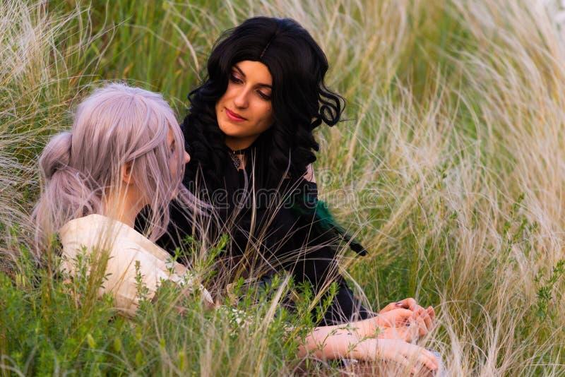 Ρωσία, Merzhanovo, στις 21 Μαΐου 2018: Σύνοδος πυροβολισμού cosplay δύο όμορφων κοριτσιών φαντασίας στη φύση στοκ εικόνες με δικαίωμα ελεύθερης χρήσης