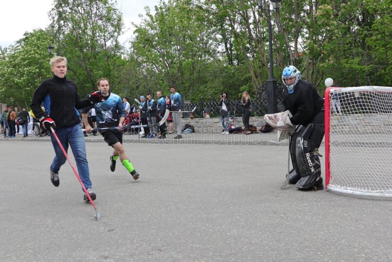 Ρωσία, Murmansk 24 Ιουνίου 2018: εορτασμός της ημέρας νεολαίας στη Ρωσία, χόκεϋ παιχνιδιών νεολαίας στοκ εικόνες