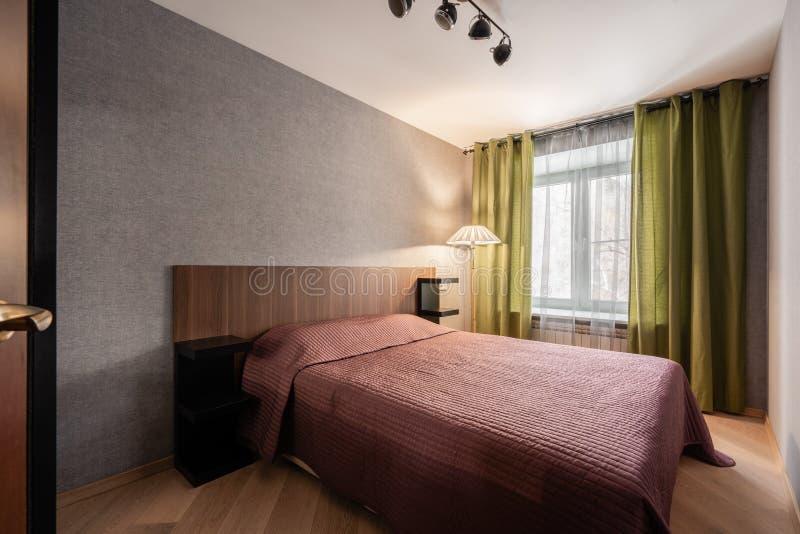 Ρωσία, Nizhny Novgorod - 10 Ιανουαρίου 2018: Ιδιωτικό διαμέρισμα Εσωτερικό σχέδιο Σύγχρονο μικρό εσωτερικό κρεβατοκάμαρων με μεγά στοκ φωτογραφία