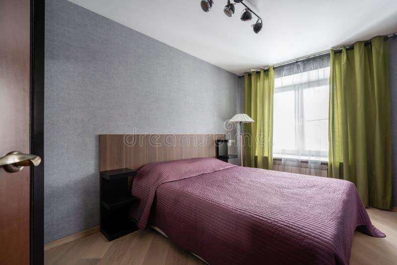 Ρωσία, Nizhny Novgorod - 10 Ιανουαρίου 2018: Ιδιωτικό διαμέρισμα Εσωτερικό σχέδιο Σύγχρονο μικρό εσωτερικό κρεβατοκάμαρων με μεγά στοκ εικόνες