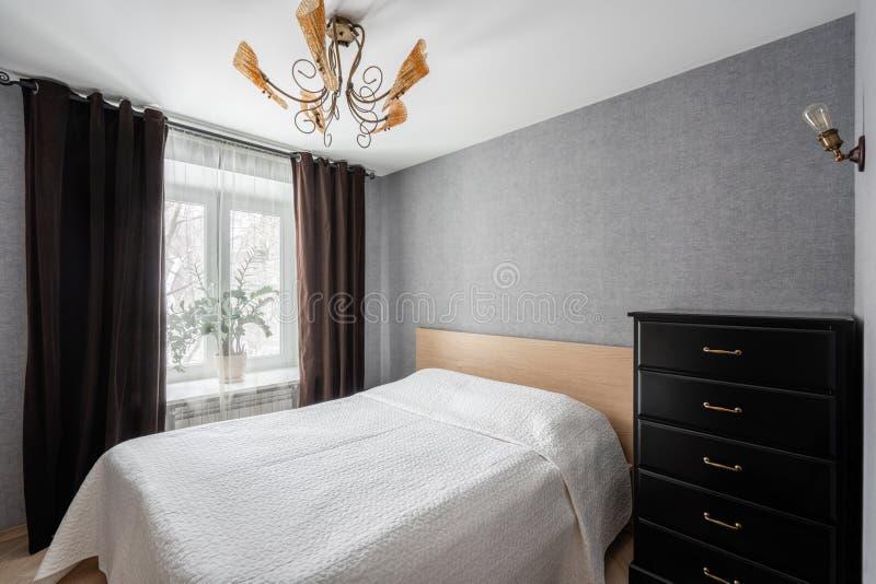 Ρωσία, Nizhny Novgorod - 10 Ιανουαρίου 2018: Ιδιωτικό διαμέρισμα Εσωτερικό σχέδιο Σύγχρονο μικρό εσωτερικό κρεβατοκάμαρων με μεγά στοκ εικόνα