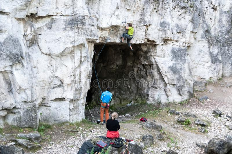 2017-08-26, Ρωσία, Samara Αναρρίχηση της προσπάθειας ομάδων στην κορυφή ενός βουνού βράχου πρόκλησης στοκ εικόνες με δικαίωμα ελεύθερης χρήσης