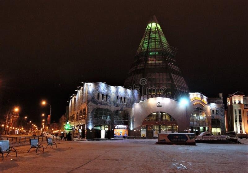 19 11 2013 Ρωσία, YUGRA, khanty-Mansiysk, το εμπόριο οικοδόμησης και το χειμερινό βράδυ εμπορικών κέντρων ` Gostiny Dvor ` στοκ φωτογραφία με δικαίωμα ελεύθερης χρήσης