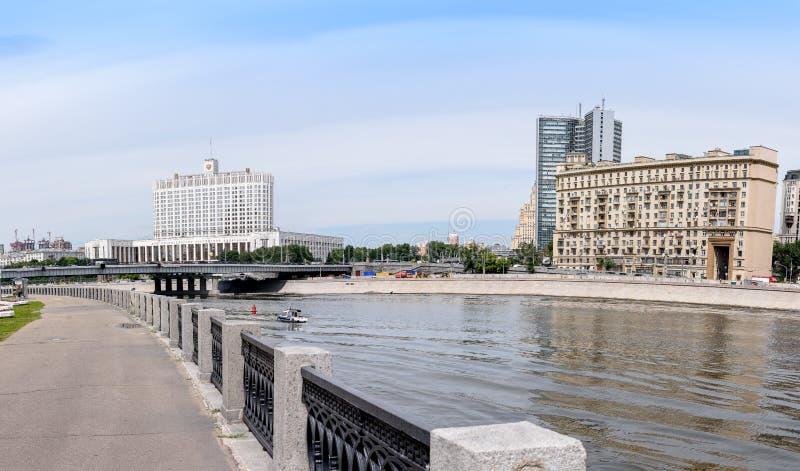 ΡΩΣΙΑ, ΜΟΣΧΑ - 30 Ιουνίου 2017: άποψη πέρα από τον ποταμό στο κυβερνητικό σπίτι της Ρωσικής Ομοσπονδίας με έναν όμορφο μπλε ουραν στοκ φωτογραφία