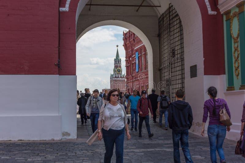 ΡΩΣΙΑ, ΜΟΣΧΑ, ΣΤΙΣ 8 ΙΟΥΝΊΟΥ 2017: Είσοδος στην κόκκινη πλατεία από την ιβηρικά πύλη και το παρεκκλησι στοκ εικόνες με δικαίωμα ελεύθερης χρήσης