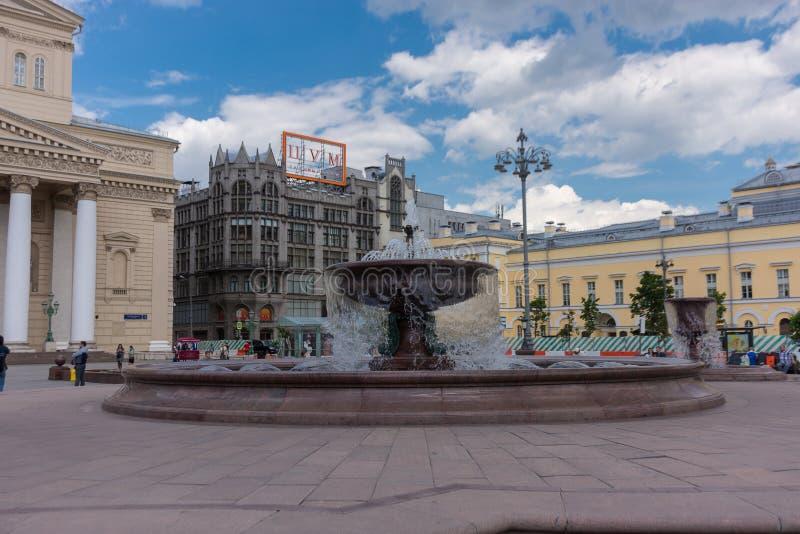 ΡΩΣΙΑ, ΜΟΣΧΑ, ΣΤΙΣ 8 ΙΟΥΝΊΟΥ 2017: Μια πηγή κοντά στο θέατρο Bolshoi στη Μόσχα στοκ εικόνα