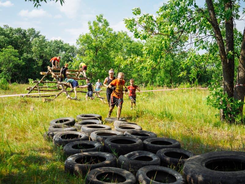 ΡΩΣΙΑ, Bryansk - 30 Ιουνίου 2018: Φυλή εμποδίων Τρέξιμο μέσω των παλαιών χρησιμοποιημένων ροδών στοκ εικόνες με δικαίωμα ελεύθερης χρήσης