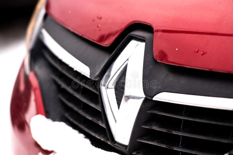 ΡΩΣΙΑ, URAL - ΤΟΝ ΙΑΝΟΥΆΡΙΟ ΤΟΥ 2019: Εμπορικό σήμα αυτοκινήτων της Renault στην οδό στοκ εικόνα με δικαίωμα ελεύθερης χρήσης