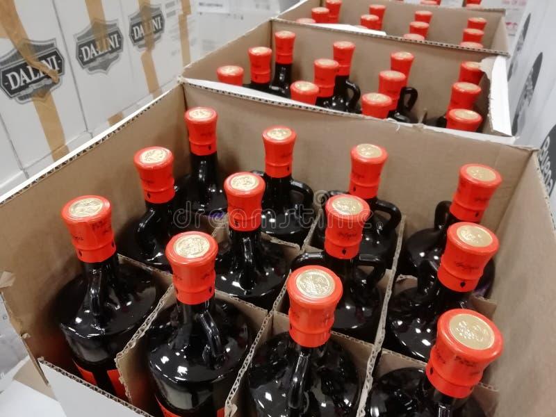 ΡΩΣΙΑ, URAL - ΤΟ ΔΕΚΈΜΒΡΙΟ ΤΟΥ 2018, μπουκάλια γυαλιού, διάφορα μπουκάλια σε ένα κιβώτιο, πώληση εκκαθάρισης, closeout, πώληση συ στοκ εικόνα με δικαίωμα ελεύθερης χρήσης