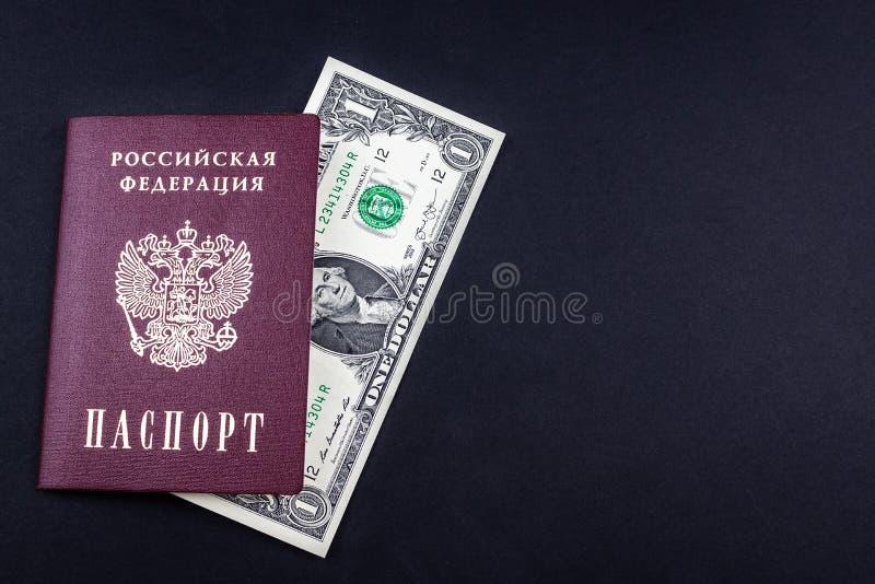 Ρωσικά διαβατήριο και χρήματα στοκ εικόνες με δικαίωμα ελεύθερης χρήσης