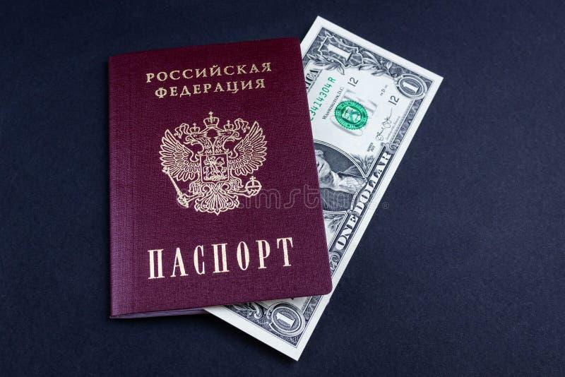 Ρωσικά διαβατήριο και χρήματα στοκ εικόνα