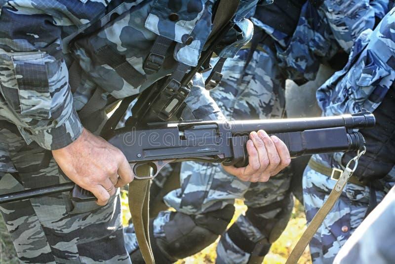 Ρωσικά όπλα αστυνομίας στον ανώτερο υπάλληλο `s heands στοκ εικόνα με δικαίωμα ελεύθερης χρήσης