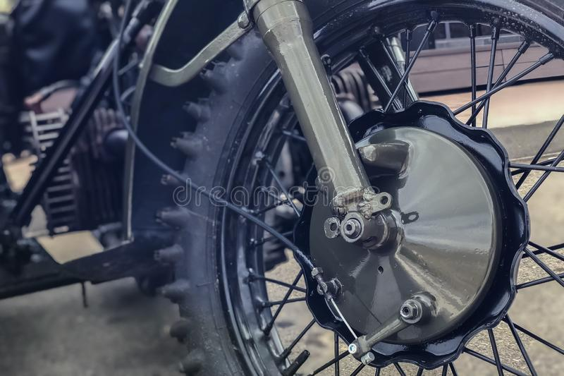 Ρωσική αναδρομική μοτοσικλέτα URAL, haki ροδών χρώματος κινηματογραφήσεων σε πρώτο πλάνο στοκ φωτογραφίες με δικαίωμα ελεύθερης χρήσης