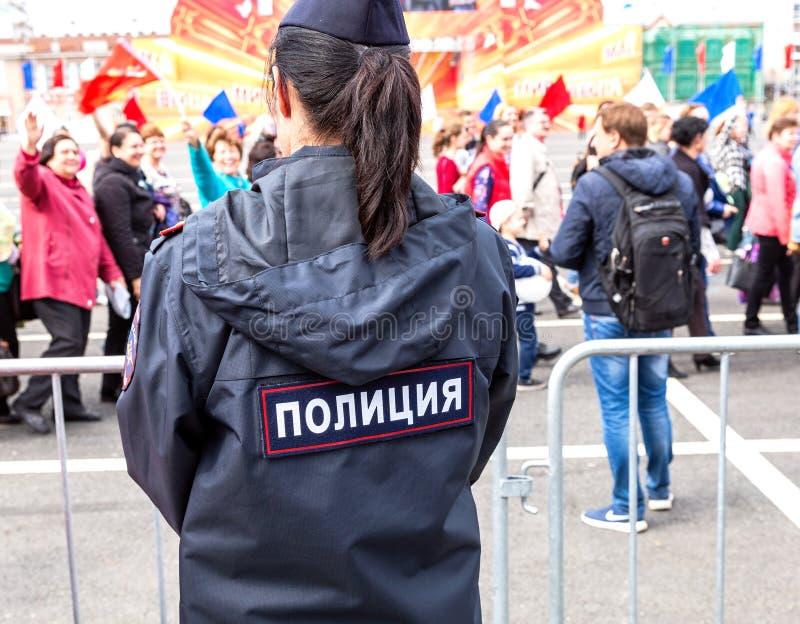 Ρωσική αστυνομικίνα σε ομοιόμορφο κατά τη διάρκεια της επίδειξης στη Εργατική Ημέρα Κείμενο στα ρωσικά: Αστυνομία στοκ φωτογραφία με δικαίωμα ελεύθερης χρήσης