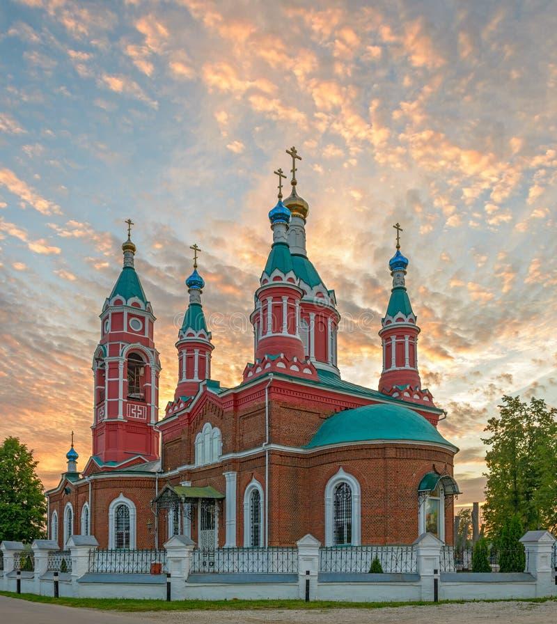 Ρωσική εκκλησία πέρα από το ηλιοβασίλεμα καψίματος στοκ φωτογραφία