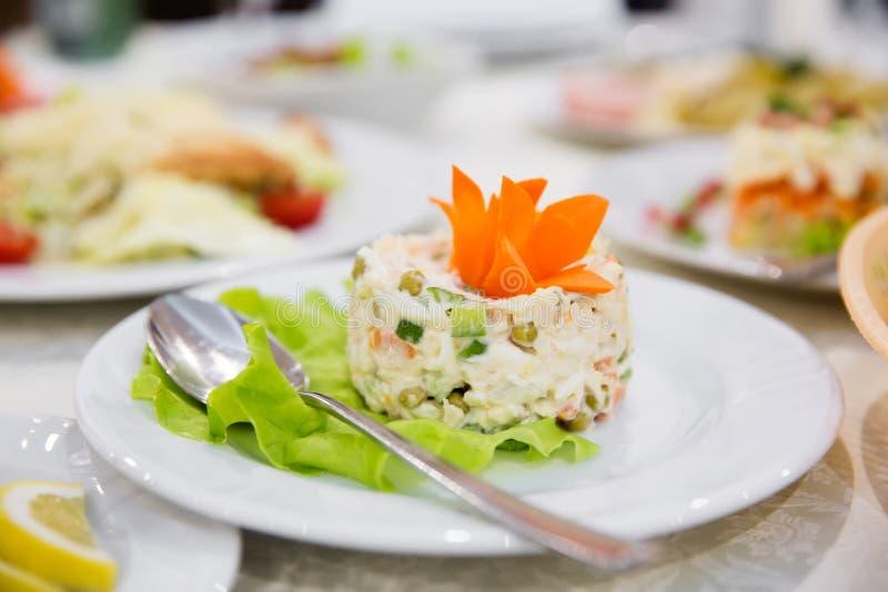 Ρωσική εορταστική σαλάτα στοκ εικόνες με δικαίωμα ελεύθερης χρήσης