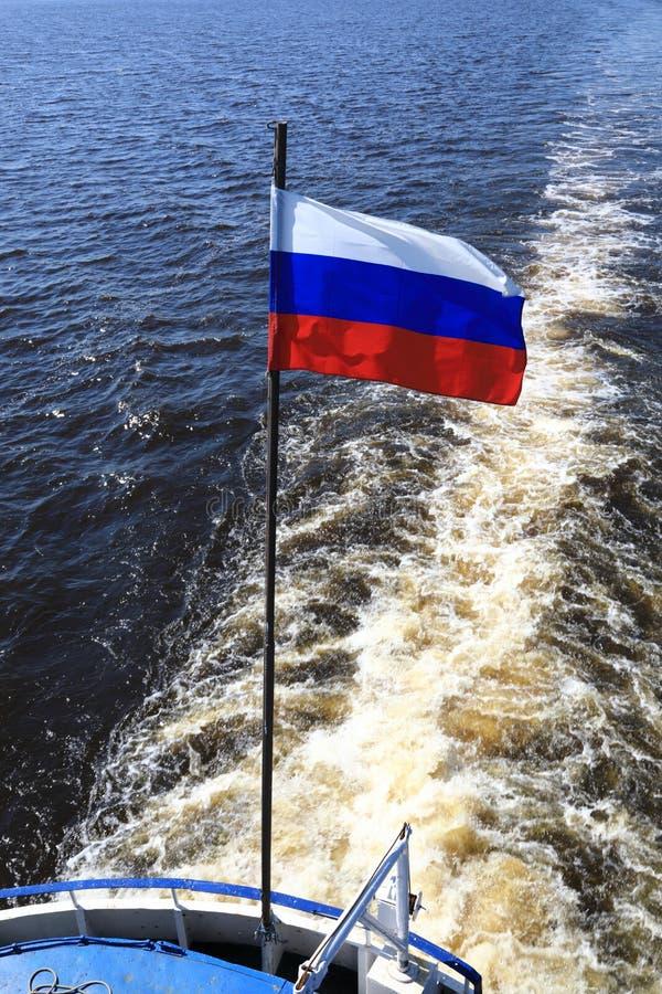 Ρωσική σημαία στο σκάφος στοκ φωτογραφίες