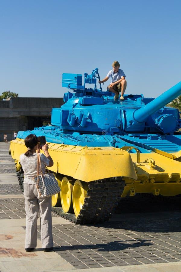 Ρωσική T55 δεξαμενή που συλλαμβάνεται στην ανατολική Ουκρανία από τον ουκρανικό στρατό που χρωματίζεται με τα ουκρανικά χρώματα π στοκ φωτογραφία