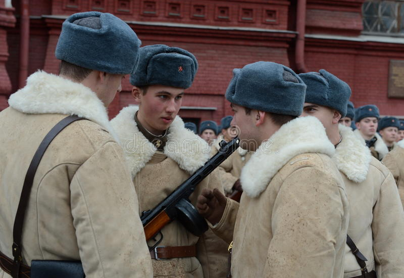 Ρωσικοί στρατιώτες υπό μορφή μεγάλου πατριωτικού πολέμου στην παρέλαση στην κόκκινη πλατεία στη Μόσχα στοκ εικόνα