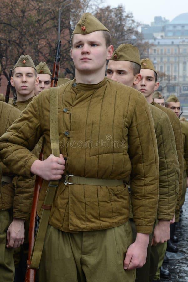 Ρωσικοί στρατιώτες υπό μορφή μεγάλου πατριωτικού πολέμου στην παρέλαση στην κόκκινη πλατεία στη Μόσχα στοκ φωτογραφίες με δικαίωμα ελεύθερης χρήσης