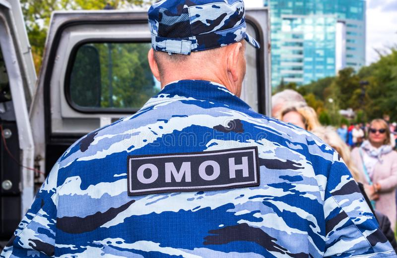 Ρωσικός αστυνομικός σε ομοιόμορφο της ειδικής χρήσης κινητής μονάδας στοκ εικόνα με δικαίωμα ελεύθερης χρήσης