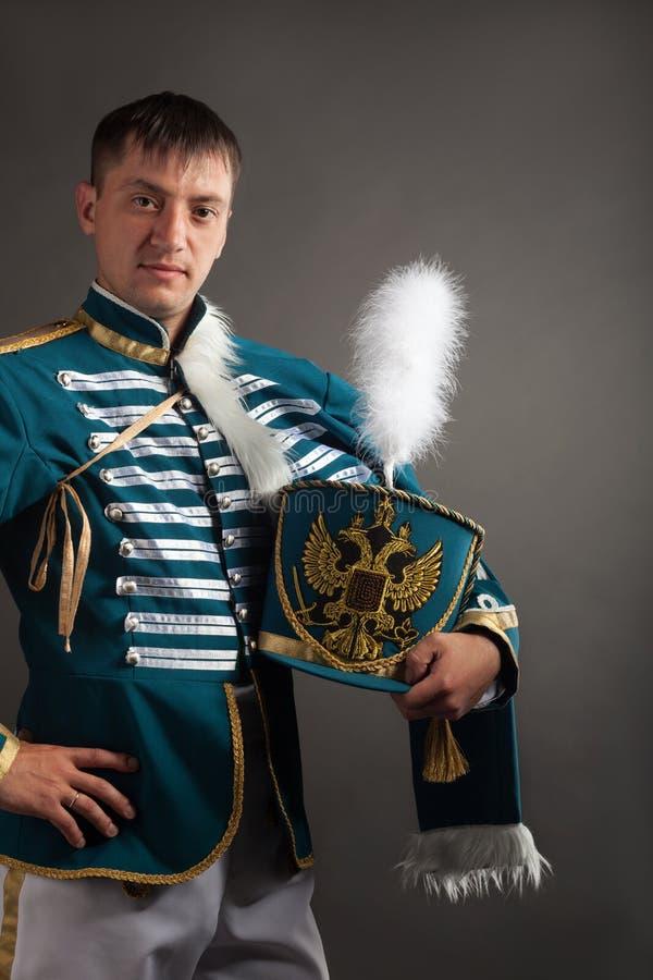 Ρωσικός ουσάρος στο γκρίζο υπόβαθρο στοκ φωτογραφία με δικαίωμα ελεύθερης χρήσης