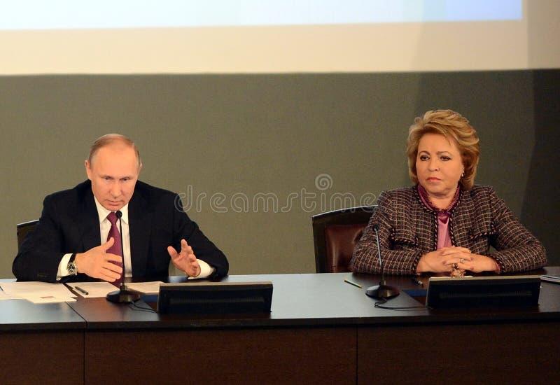 Ρωσικός Πρόεδρος Vladimir Putin και ο Πρόεδρος του Συμβουλίου της ομοσπονδίας της ομοσπονδιακής συνέλευσης της Ρωσικής Ομοσπονδία στοκ φωτογραφίες