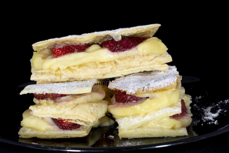 Ρωσικό κέικ napoleon με τη φρέσκια φράουλα στοκ φωτογραφία με δικαίωμα ελεύθερης χρήσης