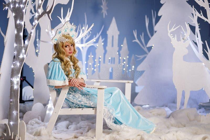 Ρωσικό κορίτσι χιονιού στο μπλε κοστούμι και kokoshnik στοκ εικόνα