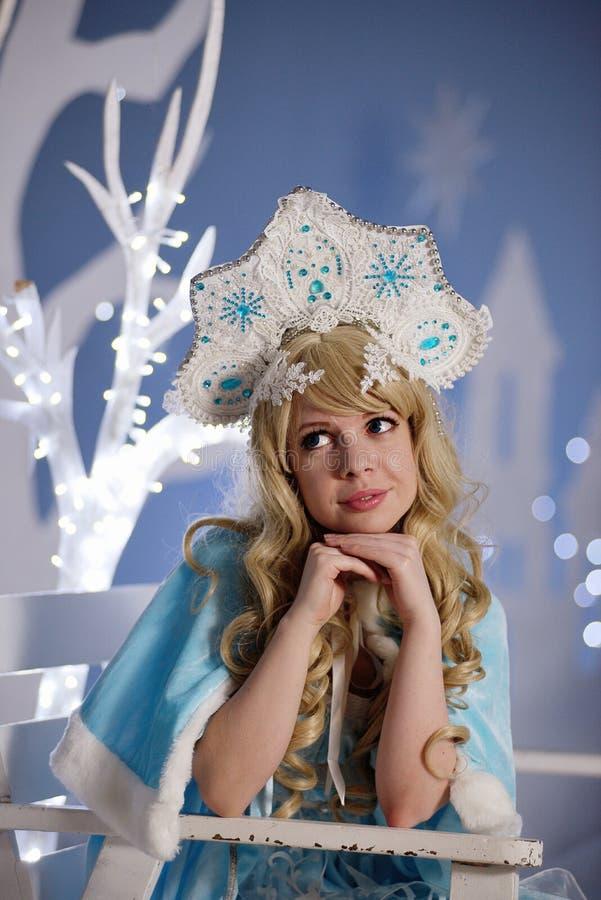Ρωσικό κορίτσι χιονιού στο μπλε κοστούμι και kokoshnik στοκ εικόνες με δικαίωμα ελεύθερης χρήσης
