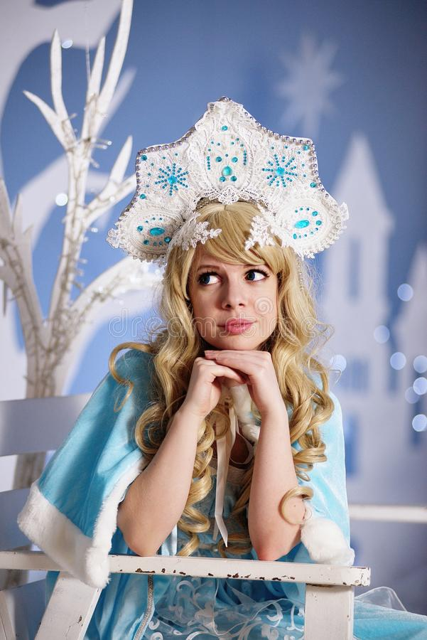 Ρωσικό κορίτσι χιονιού στο μπλε κοστούμι και kokoshnik στοκ φωτογραφία με δικαίωμα ελεύθερης χρήσης