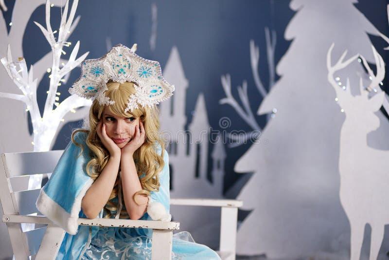 Ρωσικό κορίτσι χιονιού στο μπλε κοστούμι και kokoshnik στοκ εικόνα με δικαίωμα ελεύθερης χρήσης