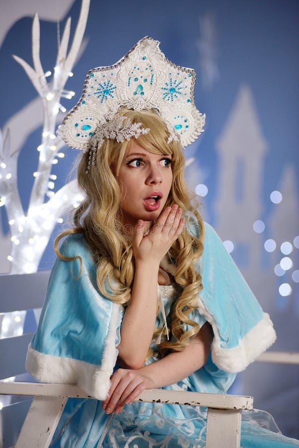 Ρωσικό κορίτσι χιονιού στο μπλε κοστούμι και kokoshnik στοκ φωτογραφίες με δικαίωμα ελεύθερης χρήσης