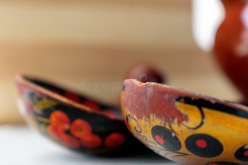 Ρωσικό ξύλινο κουτάλι στο καφετί υπόβαθρο στοκ φωτογραφία