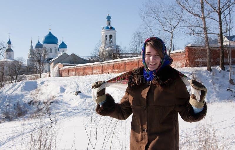 ρωσικό χαμόγελο μαντίλι για το κεφάλι κοριτσιών παραδοσιακό στοκ φωτογραφίες