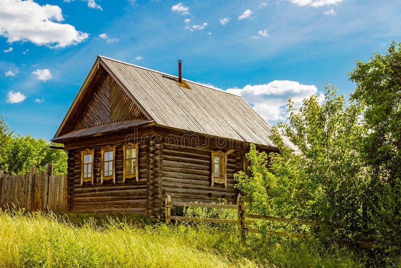 Ρωσικό farmstead στο χωριό στοκ εικόνες