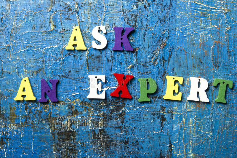 Ρωτήστε μια ειδική έννοια Ξύλινη ζωηρόχρωμη επιστολή abc στο αφηρημένο μπλε υπόβαθρο grunge στοκ εικόνα