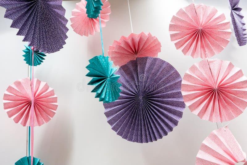Ρόδα ανεμιστήρων Origami - τέχνη εγγράφου που διπλώνει και που κρεμά ενάντια στο whi στοκ φωτογραφία με δικαίωμα ελεύθερης χρήσης