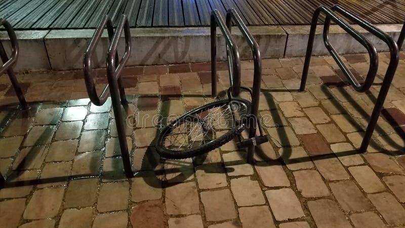 Ρόδα και κλειδαριά ποδηλάτων στοκ φωτογραφίες