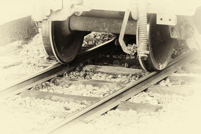 Ρόδα κινηματογραφήσεων σε πρώτο πλάνο ενός τραίνου στο σιδηρόδρομο στο σταθμό με τον εκλεκτής ποιότητας τόνο εικόνας στοκ εικόνα