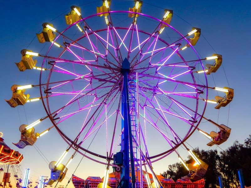 Ρόδα κρατικού δίκαιη πορφυρή Ferris Καλιφόρνιας στοκ φωτογραφία
