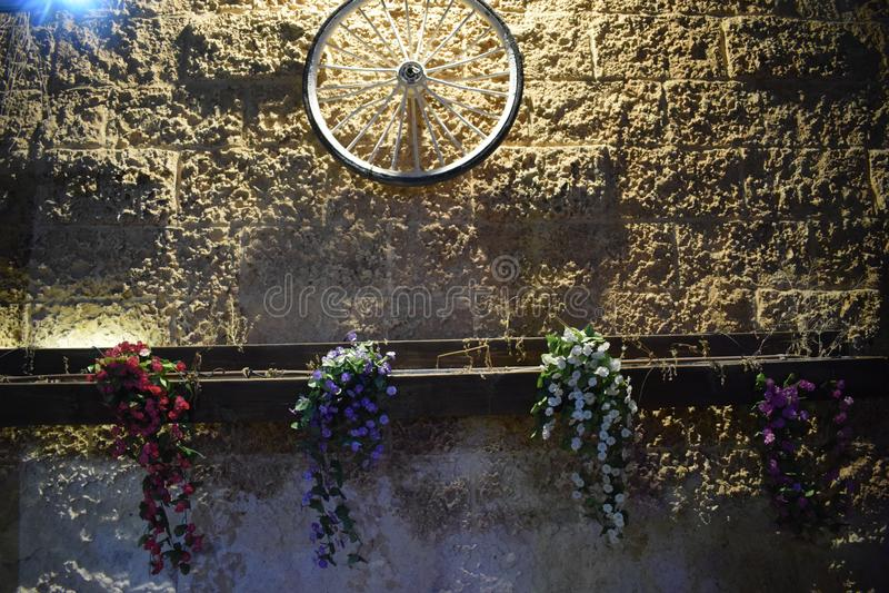 Ρόδα ποδηλάτων σε έναν κίτρινο τοίχο τη νύχτα Ισραήλ, Dimona, ` Mor `, 2018 τούβλου πετρών στοκ φωτογραφία με δικαίωμα ελεύθερης χρήσης