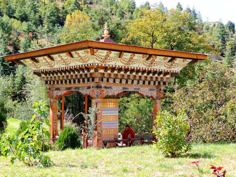 Ρόδα προσευχής στροφής μοναχών σε Simtokha Dzong στο Μπουτάν στοκ εικόνα με δικαίωμα ελεύθερης χρήσης