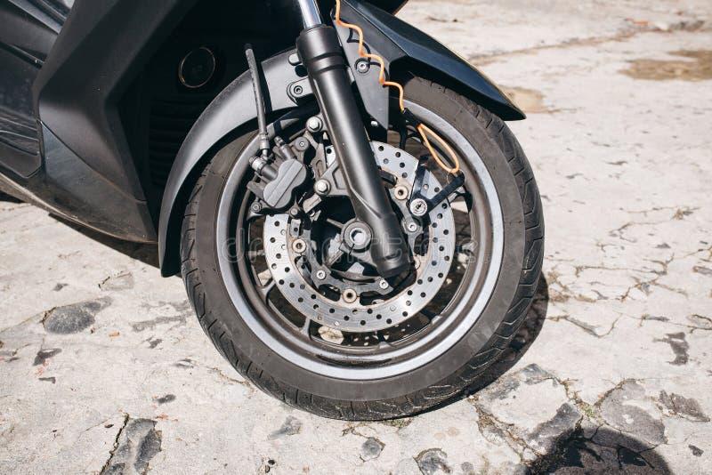 Ρόδα της μοτοσικλέτας ή του μηχανικού δίκυκλου ή του μοτοποδηλάτου Σύστημα φρένων και ανταλλακτικά για το ποδήλατο στοκ φωτογραφίες