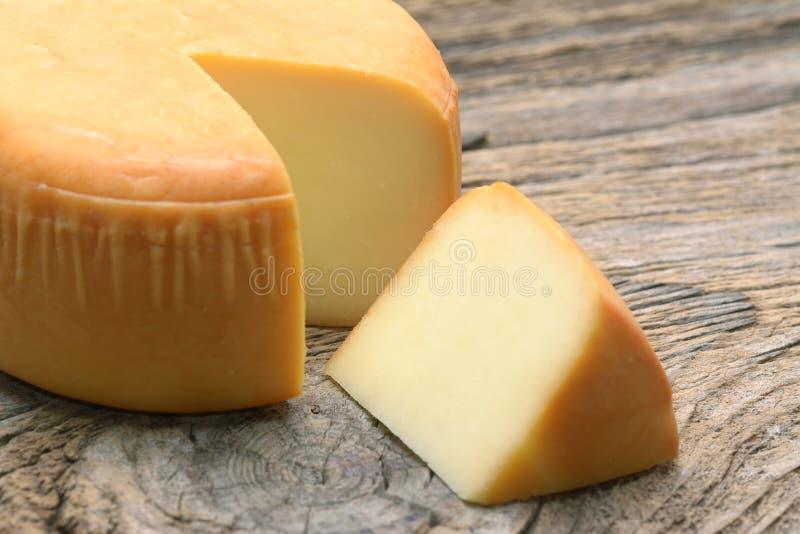 Ρόδα τυριών στην ξύλινη οργανική τροφή στοκ εικόνες με δικαίωμα ελεύθερης χρήσης