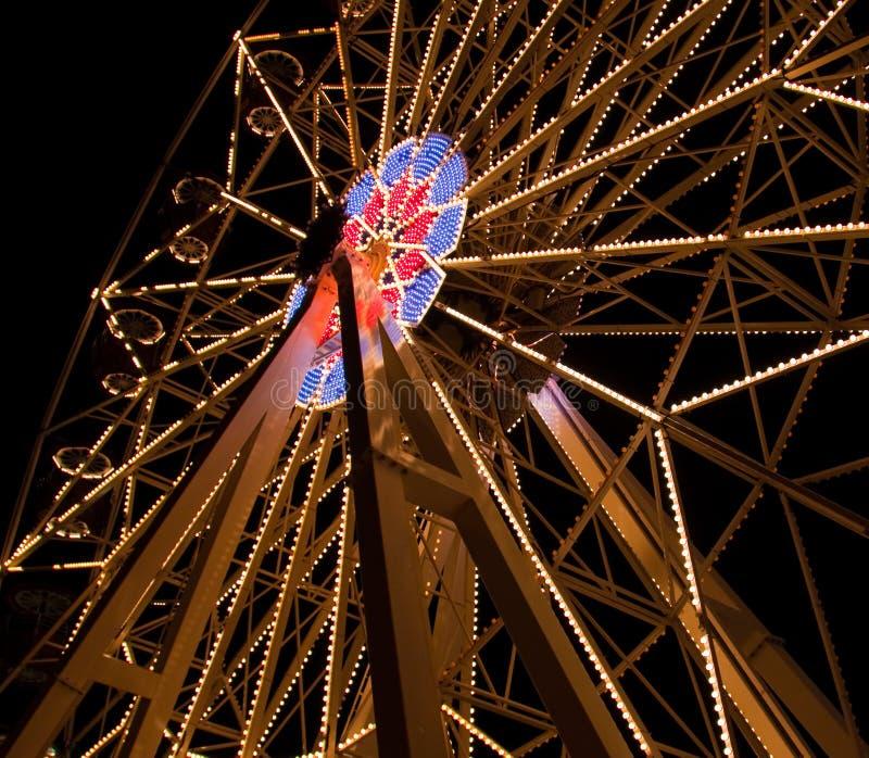 Ρόδα Ferris νεράιδων στο λούνα παρκ τη νύχτα στοκ εικόνα με δικαίωμα ελεύθερης χρήσης