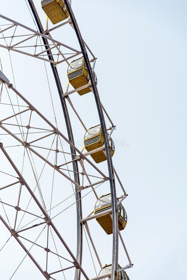 Ρόδα Ferris που απομονώνεται στον ουρανό στοκ φωτογραφίες