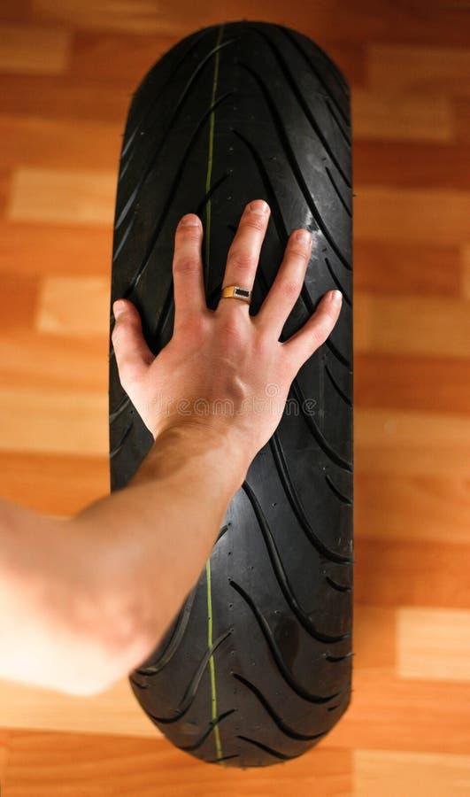 Ρόδα moto εκμετάλλευσης χεριών για την ισχυρή αθλητική μοτοσικλέτα στοκ εικόνα
